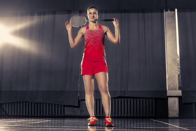 kvinde i rødt badmintontøj