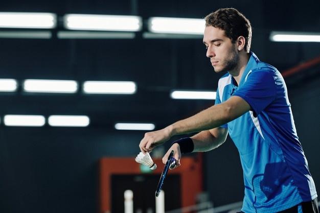 mand i blåt badmintontøj